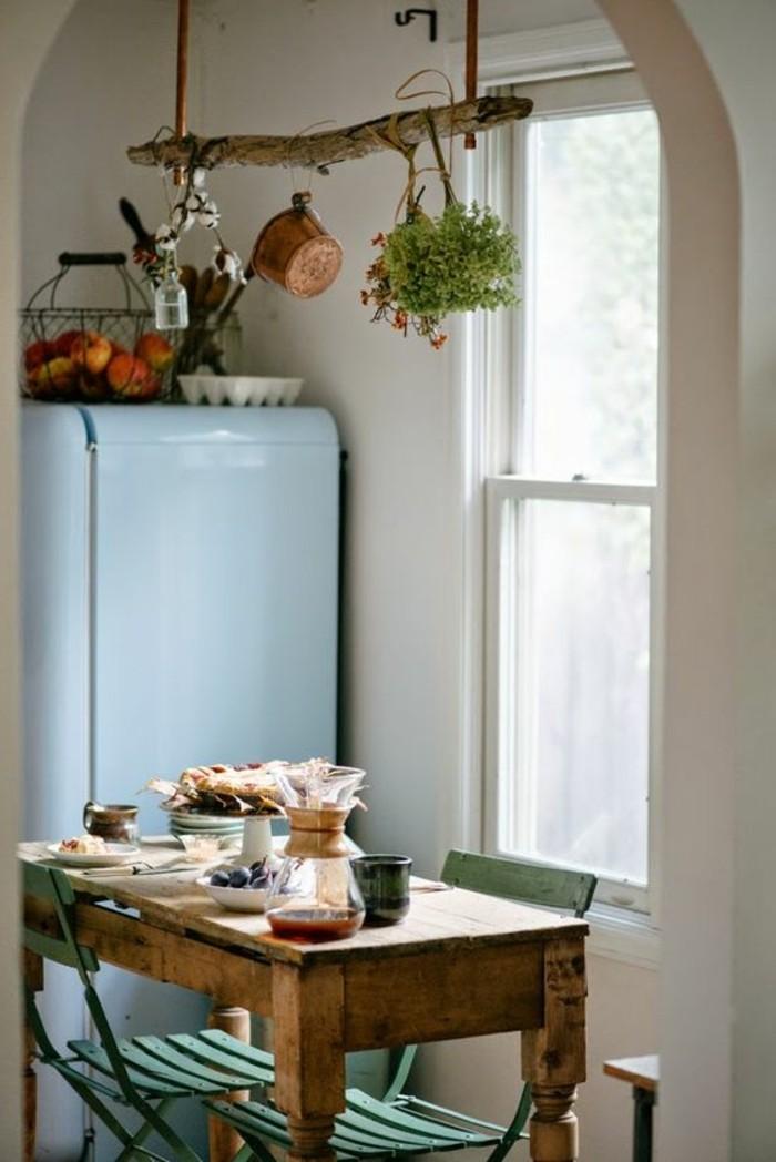 kleine-Küche-in-Landhausstil-grüne-Küchenstühle
