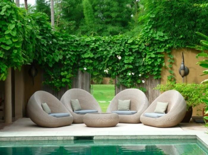 kleine-gärten-gestalten-moderne-sessel-neben-einem-pool