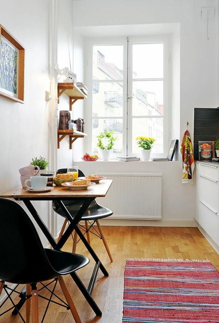 kleine-praktische-Küche-schwarze-Stühle