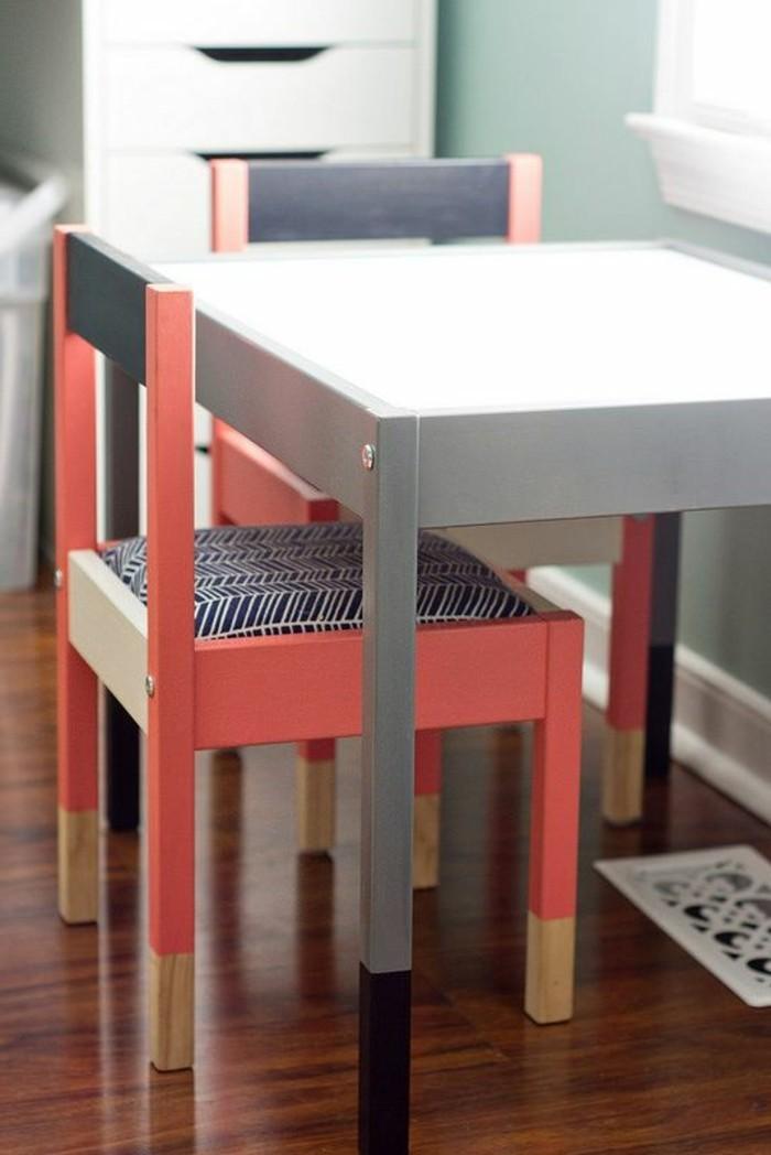 kleiner-Tisch-und-bunte-Stühle-von-IKEA-für-Kinder