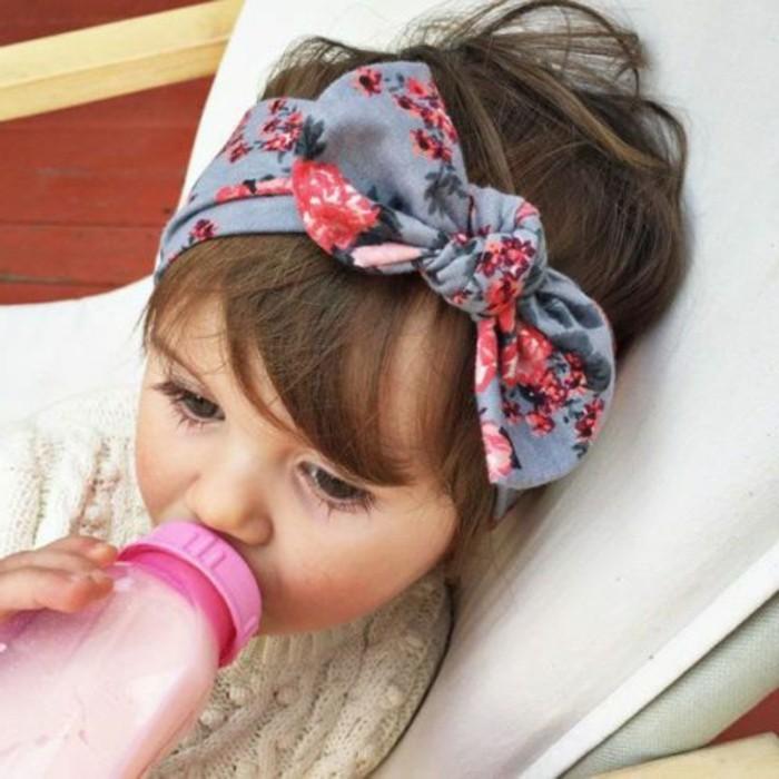 kleines-Mädchen-mit-schönem-Haaraccessoire