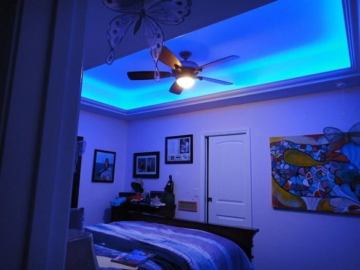 kleines-schönes-schlafzimmer-mit-led-beleuchtung