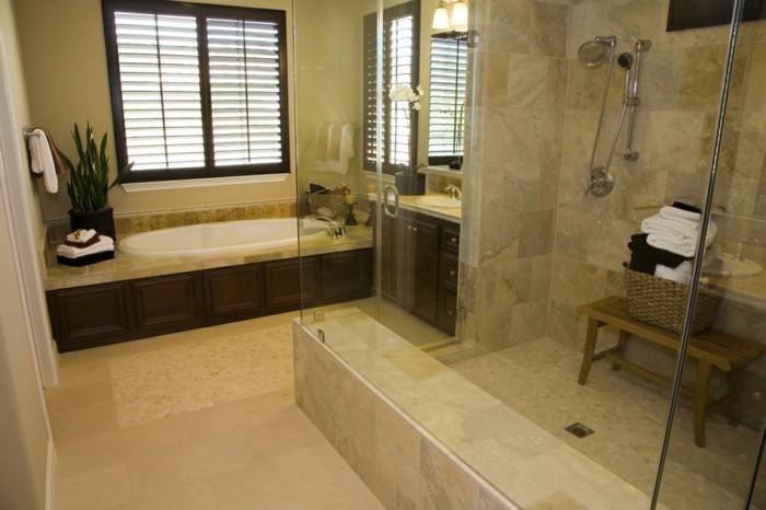 kleines-tolles-badezimmer-mit-wunderschöner-duschkabine-mit-glaswand