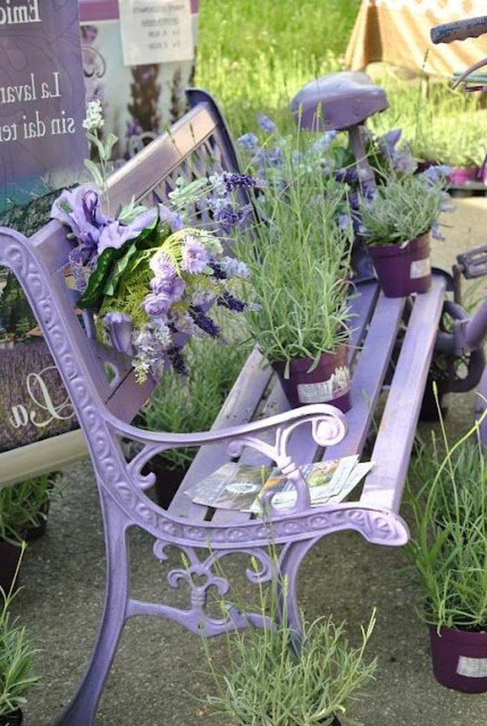 kokette-Gartenbank-in-Lavender-Farbe