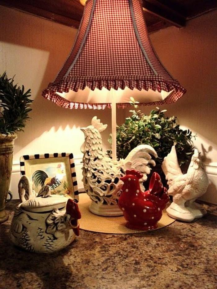 kokette-Lampe-mit-kariertem-Muster-in-Landhausstil