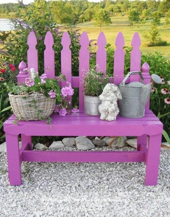 kokette-Parkbank-in-lila-Farbe-dekoriert-mit-Blumen