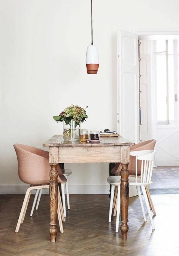 kokettes-Esszimmer-Interieur-Stühle-in-Kupfer-Farbe