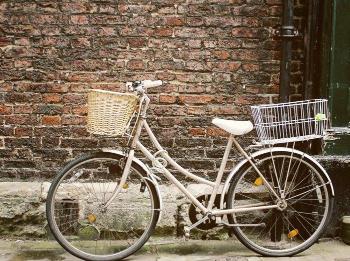 kokettes-Fahrrad-in-Weiß-mit-Korb