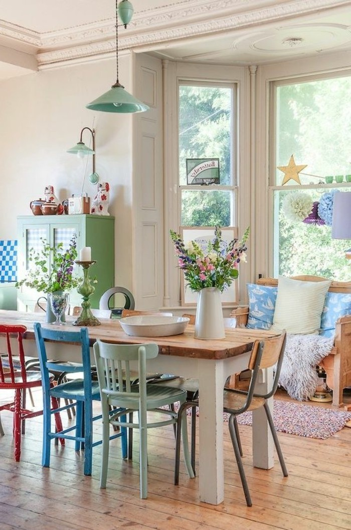 kokettes-Interieur-Esszimmerstühle-in-verschiedenen-grellen-Farben