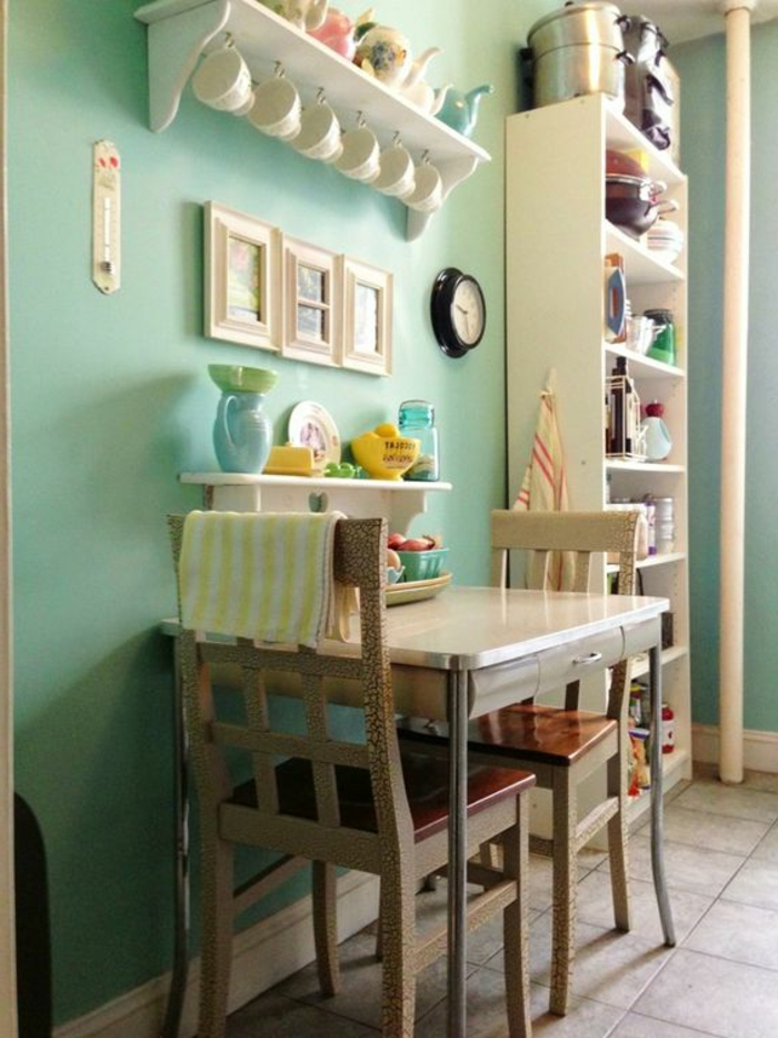 kokettes-Küchen-Interieur-Wand-in-Minze-Farbe-kleiner-quadratischer-Tisch-vintage-Stühle