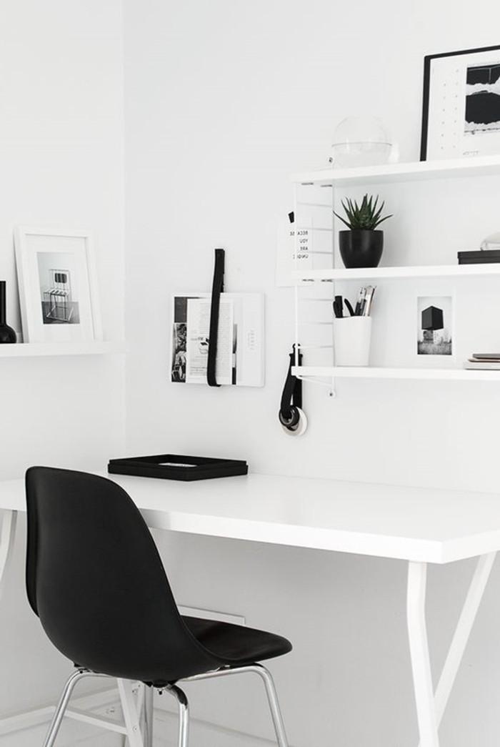 kontrastierende-Kombination-weißer-Schreibtisch-und-Regale-mit-schwarzen-Elementen