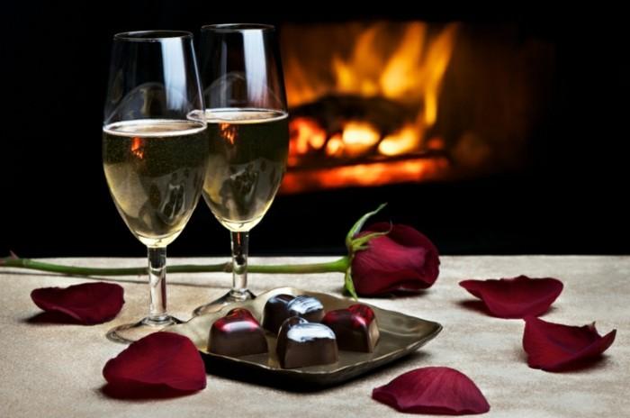 kostenlose-bilder-valentinstag-romantische-tischdeko-zwei-weingläser-und-blätterrosen