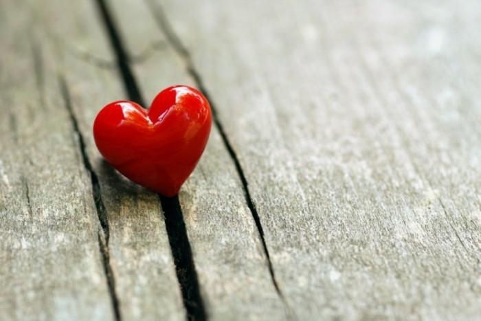 kostenlose-bilder-valentinstag-tolles-kleines-rotes-herz-zwischen-hölzernen-brettern