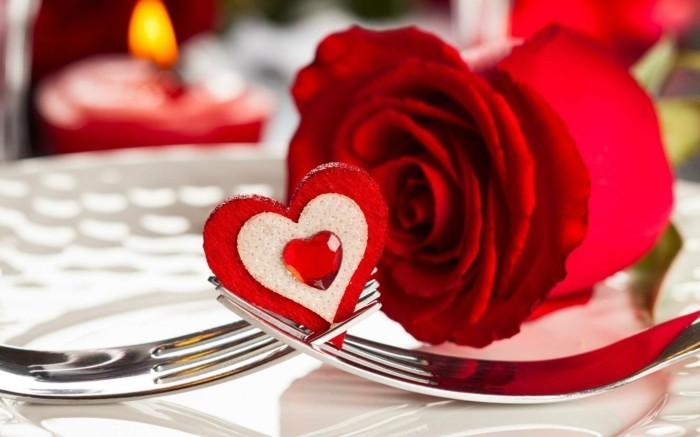 kostenlose-bilder-valentinstag-unikales-design-herz-auf-dem-tisch