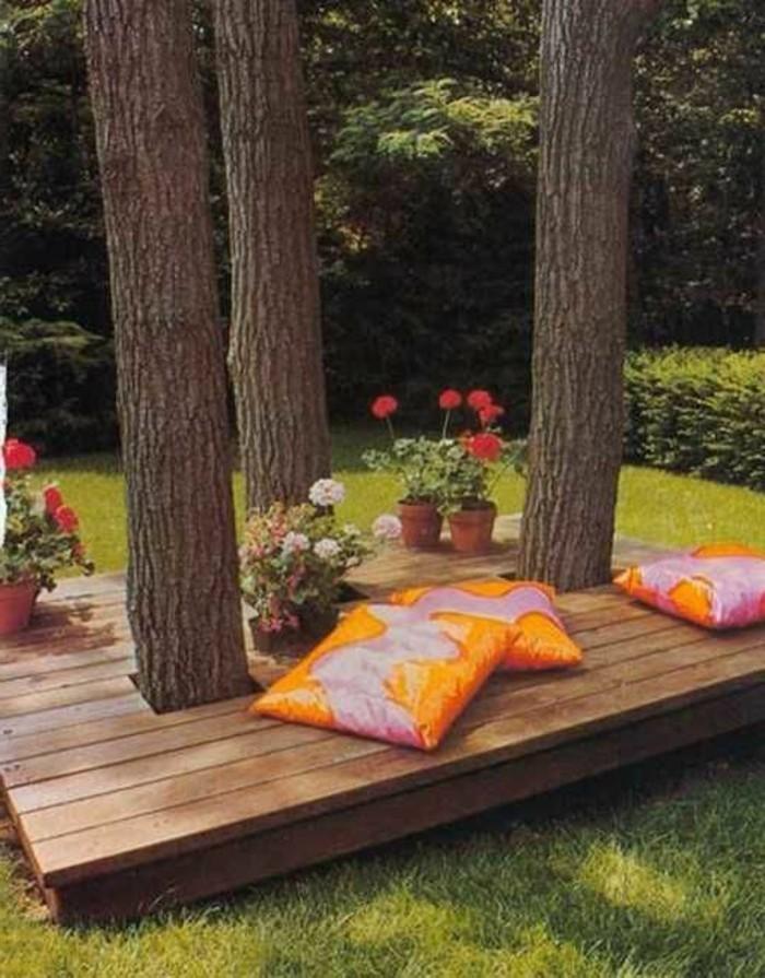 kreative-Idee-für-Gartenbank-unter-den-Bäumen