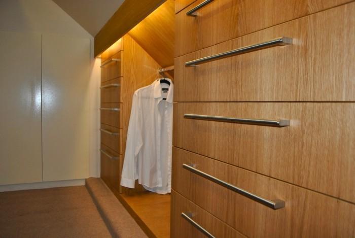 kreative-intergrierte-beleuchtung-in-einer-großen-garderobe-im-schlafzimmer