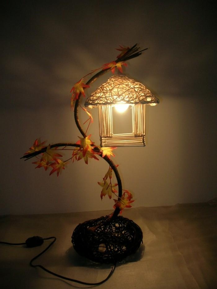 kreatives-modell-lampe-auf-dem-nachttisch