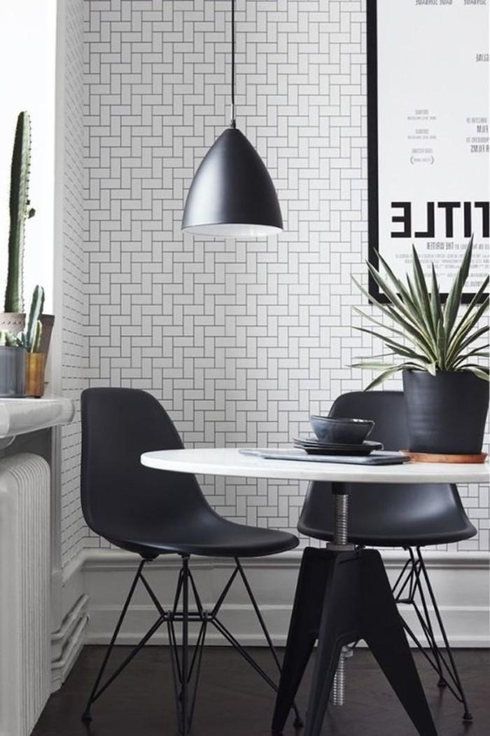 kreatives-skandinavisches-Interieur-simple-effektvolle-Modelle-schwarze-Stühle