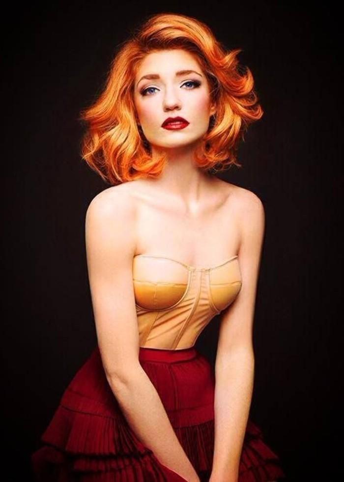 kurze-Haare-interessante-retro-Frisur-mit-orange-Nuancen
