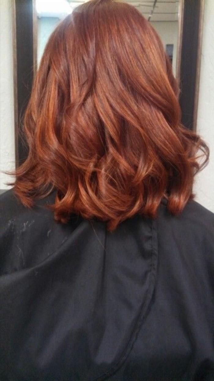 kurze-legere-Kupfer-Haare-mit-goldenen-Nuancen