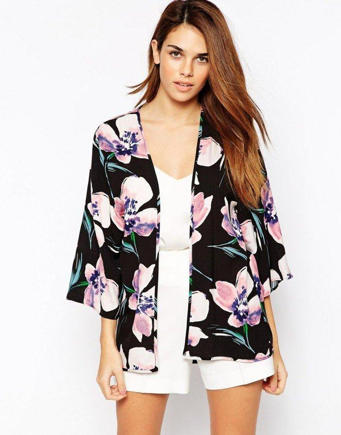 kurzer-Kimono-mit-floralen-Motiven
