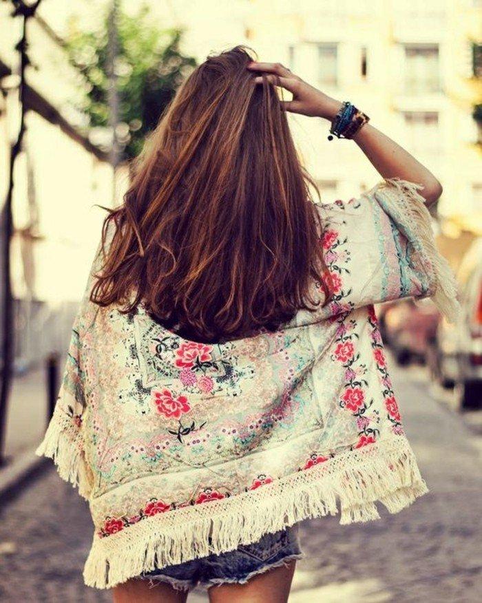 kurzes-Modell-Kimono-mit-diskreten-Fransen