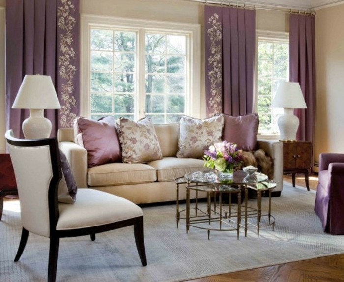 lila-vorhänge-farbe-cappuccino-und-weiß-im-wohnzimmer