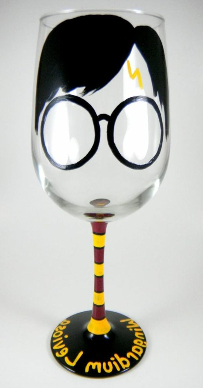 lustig-dekoriertes-Sektglas-bunt-handbemalt