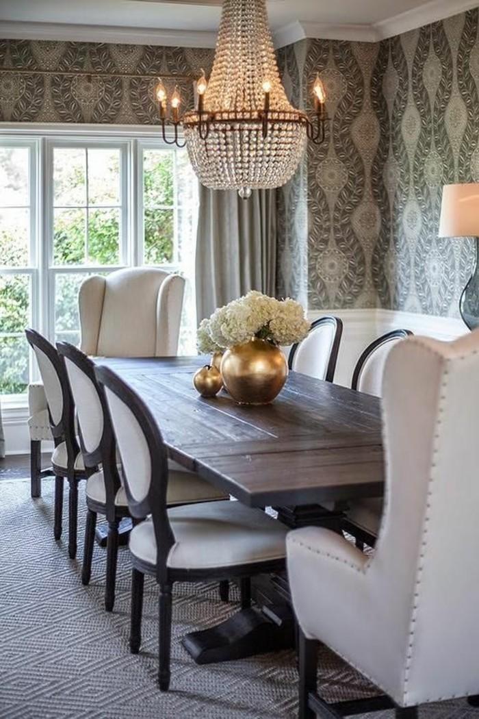 luxuriöses-Esszimmer-Interieur-Esstisch-aus-dunklem-Holz-Blumenvase-Kristall-Kronleuchter-elegante-weiße-Esszimmerstühle
