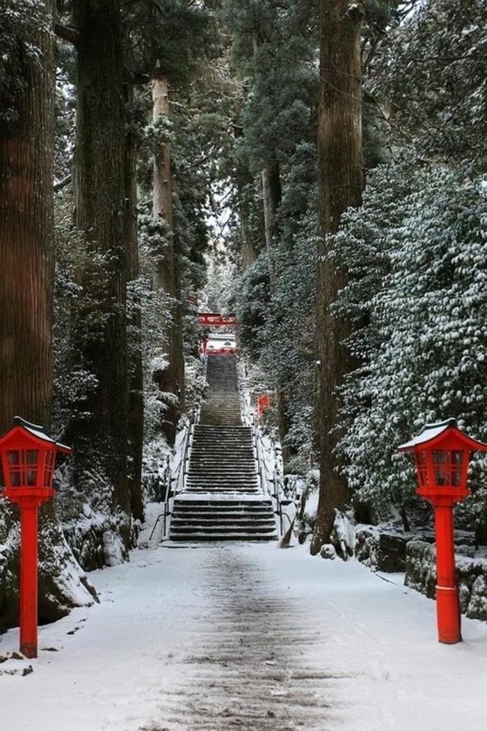 märchenhafte-Winter-Pfad-mit-roten-Lampen