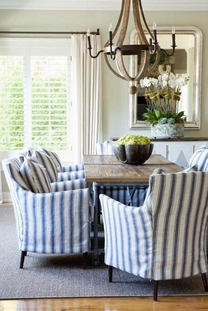 massiver-Kronleuchter-fantastische-Sessel-an-Streifen