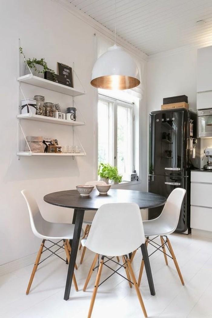 minimalistische-Einrichtung-Möbel-in-Schwarz-und-Weiß-Küchenstühle-runder-Tisch-mit-modernem-Design