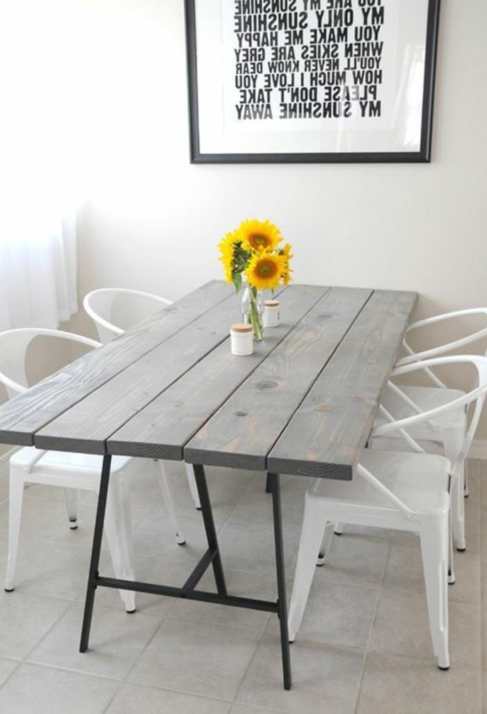 minimalistische-Esszimmer-Ausstattung-weiße-Stühle-mit-schlichtem-Design-Sonnenblumen