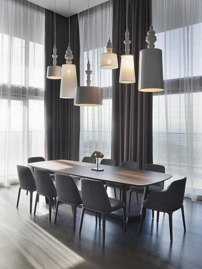 minimalistisches-Esszimmer-Interieur-in-Grau-viele-schöne-Pendelleuchten