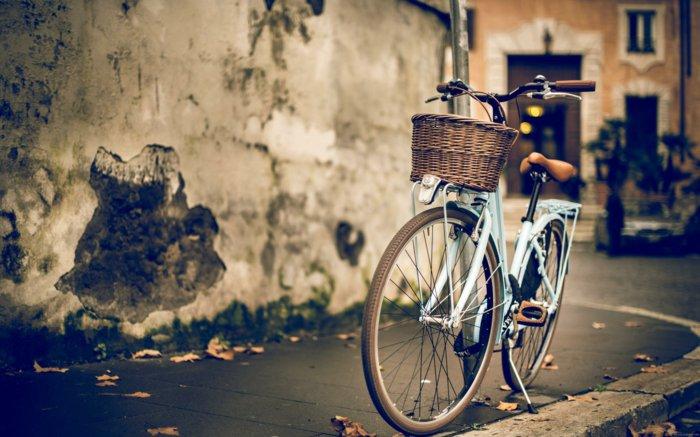 mit-altem-Fahrrad-durch-die-Straßen-fahren