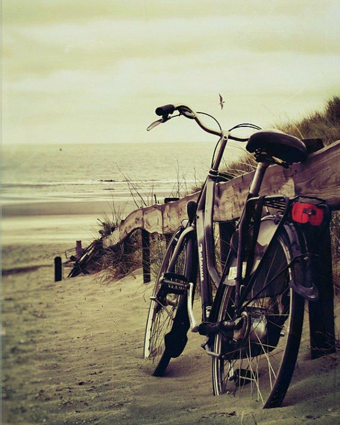 mit-retro-Fahrrad-zum-Strand-fahren