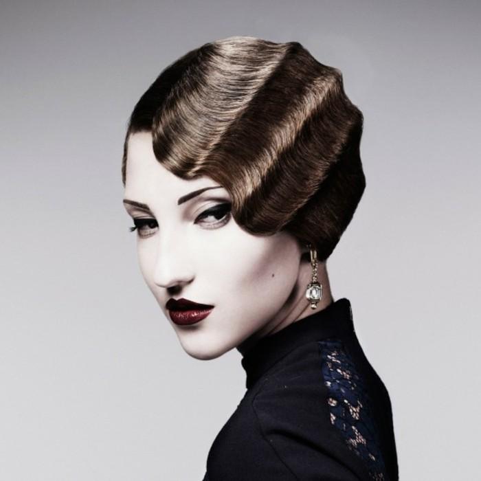 mode-der-20er-attraktive-haare-mit-wellen-rote-lippen