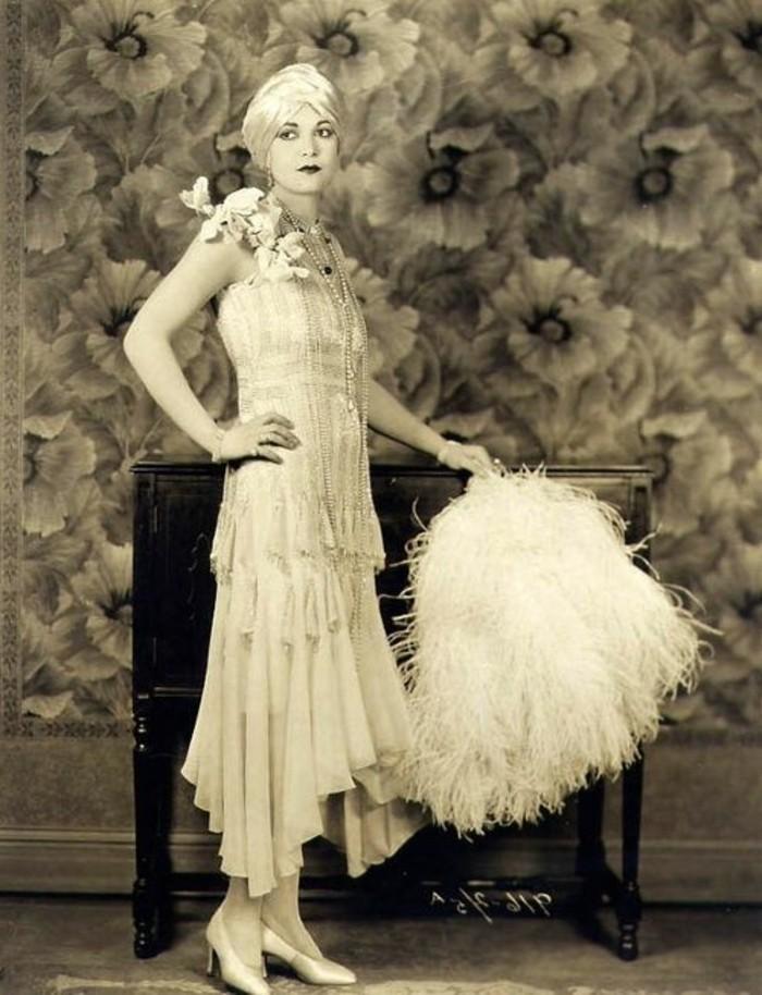mode-der-20er-wunderschönes-weißes-kleid-vintage-tapete-hinter-der-frau