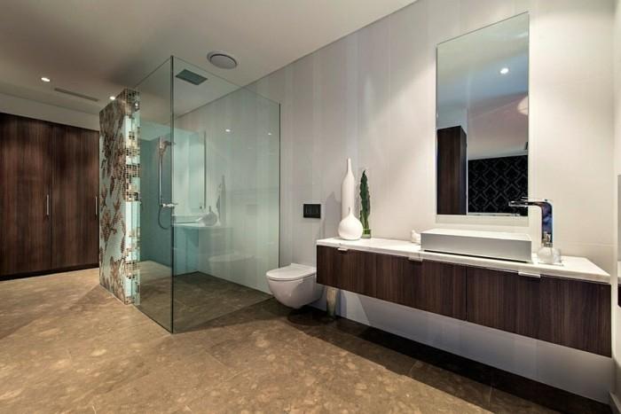 wunderschönes badezimmer mit eleganter duschkabine aus glas