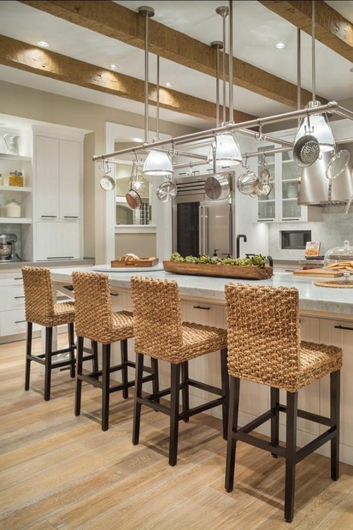 moderne-Küche-räumliche-Kücheninsel-Rattanstühle