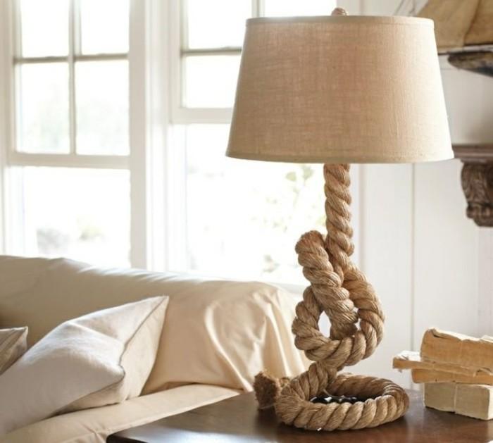 moderne-deko-ideen-diy-gestaltung-interessante-lampe-neben-dem-sofa