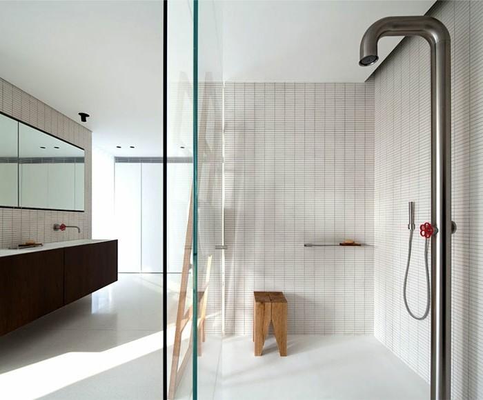 moderne-duschkabine-aus-glas-gemütliches-ambiente-im-badezimmer