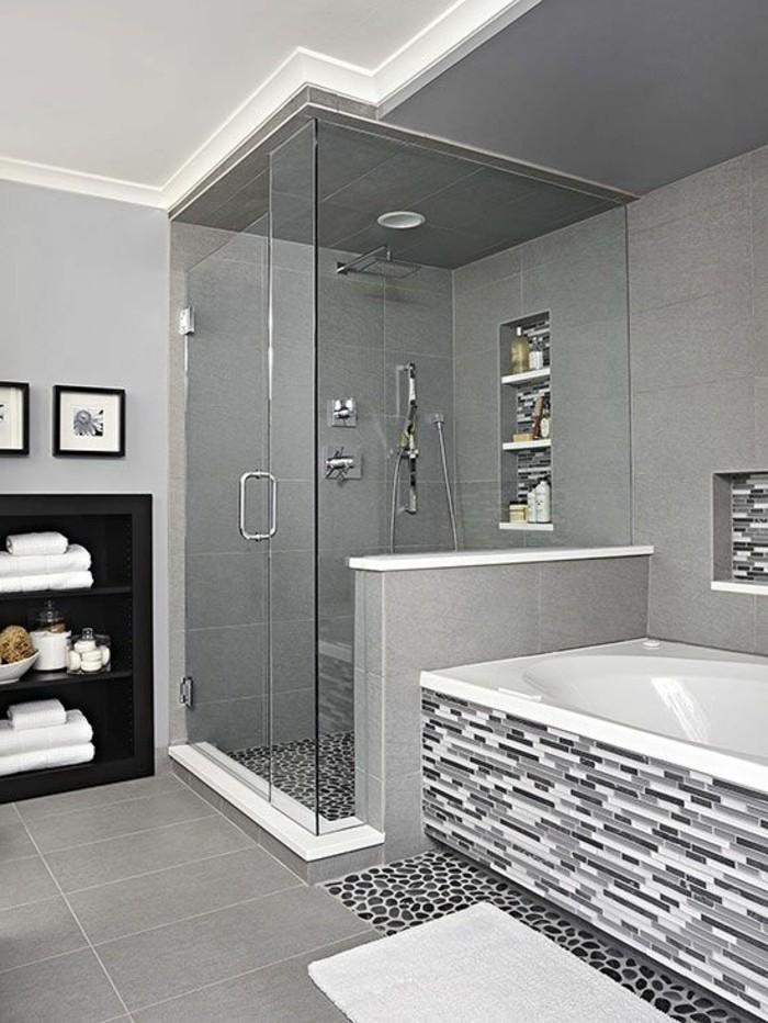 moderne-duschkabine-aus-glas-neben-einer-schönen-badewanne-in-weiß-und-grau