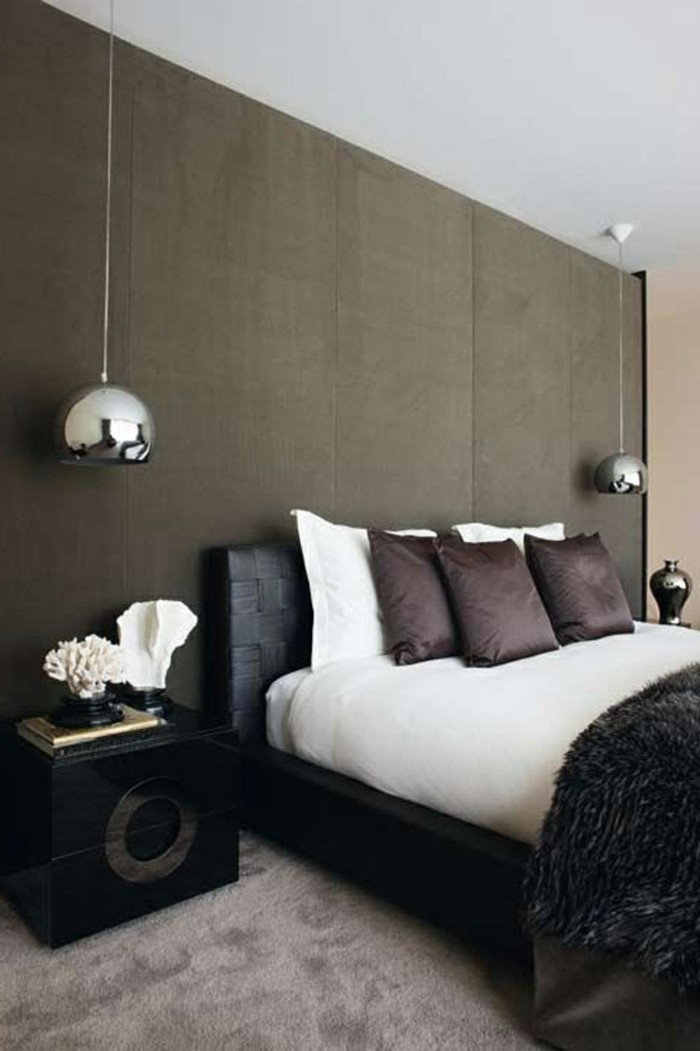moderne-hängeleuchten-im-schlafzimmer-braune-kissen-auf-dem-bett