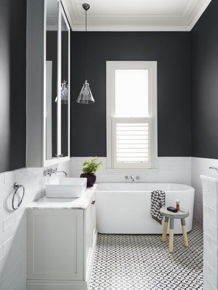 modernes-Badezimmer-große-Badewanne-schwarz-weiße-Bodenfliesen