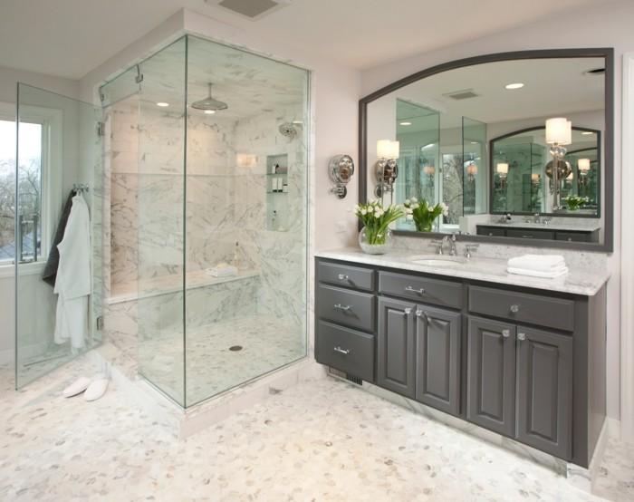 modernes-badezimmer-mit-duschkabine-aus-glas-großer-spiegel