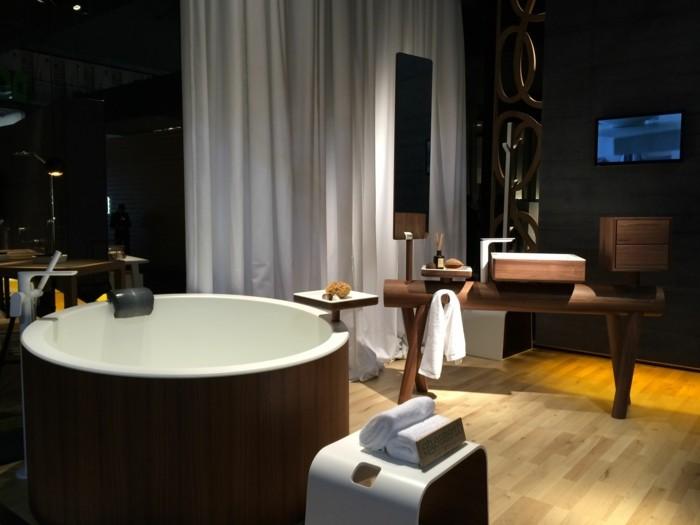 modernes-badezimmer-mit-einer-diy-waschtischplatte-weiße-gardinen