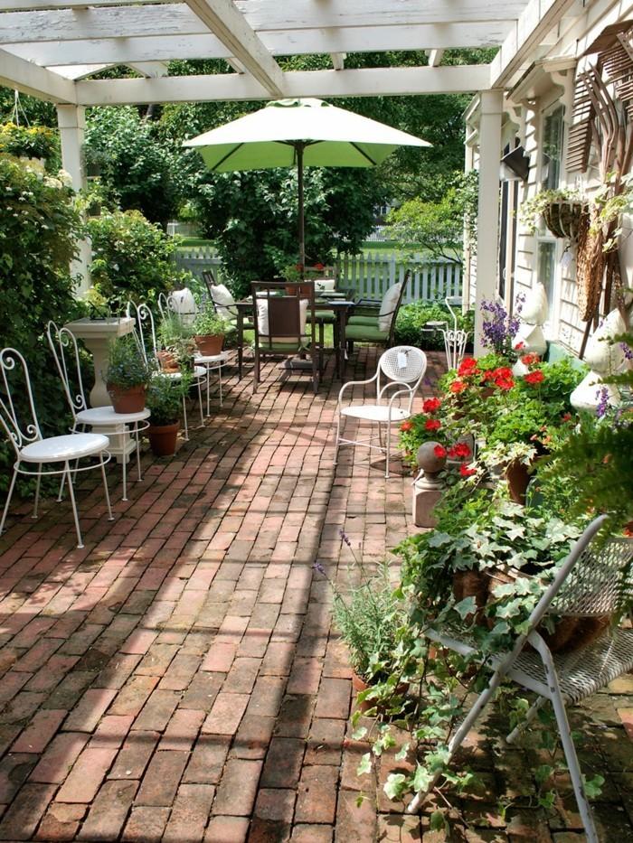 modernes-design-terrassengestaltung-ideen-viele-grüne-pflanzen