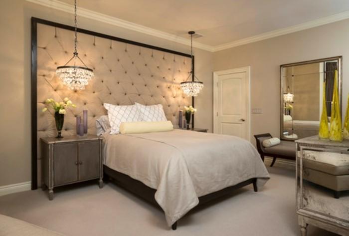 modernes-gemütlichesd-schlafzimmer-mit-einem-schicken-kronleuchter