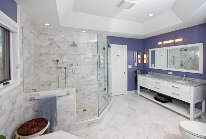 modernes-weißes-badezimmer-mit-glaswand-dusche